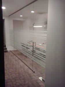 ściana i drzwi szklane