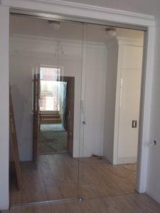 ściany i drzwi szklane