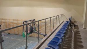 szklana balustrada na hale sportowe