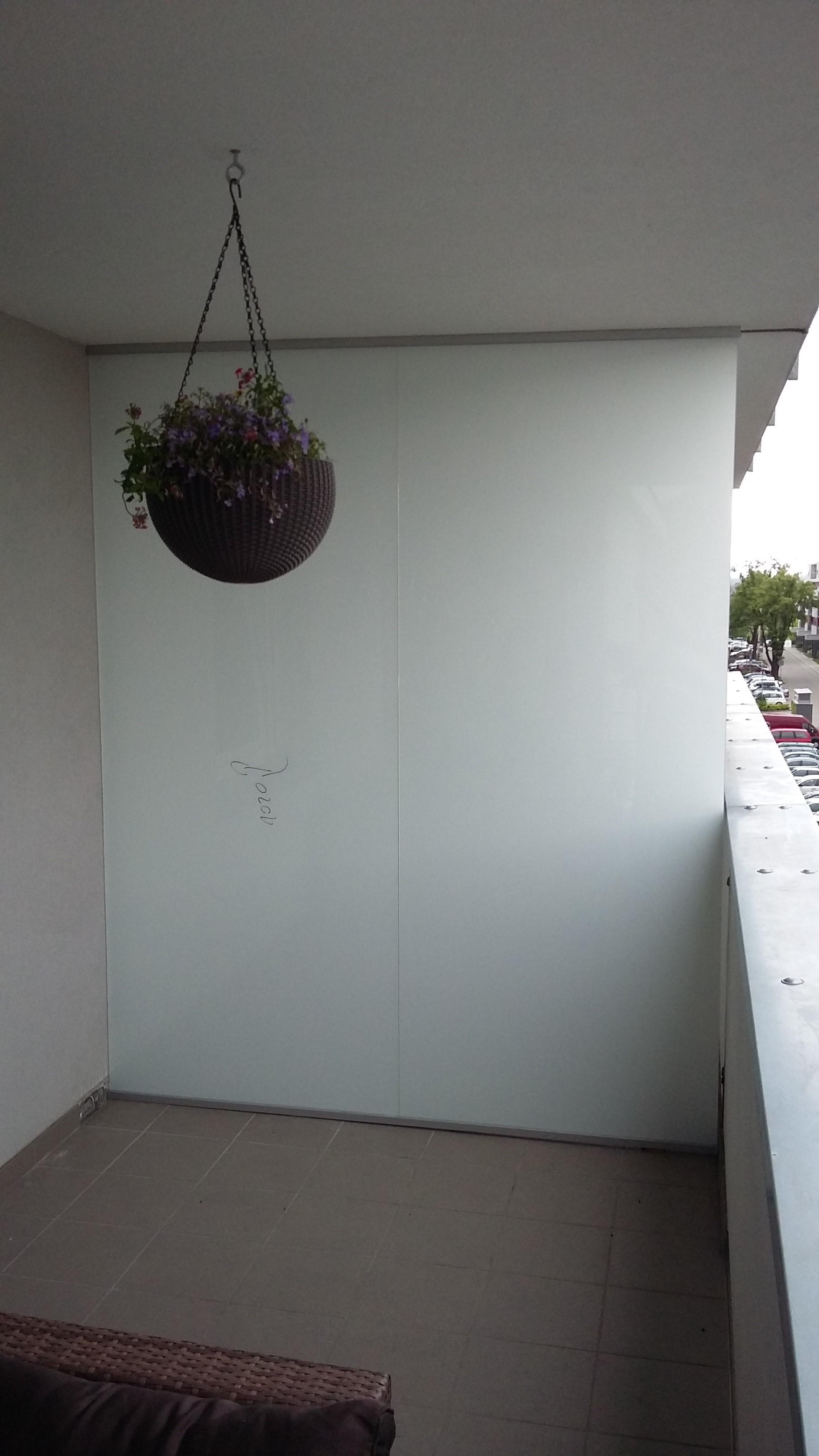 ściana z matowego szkła