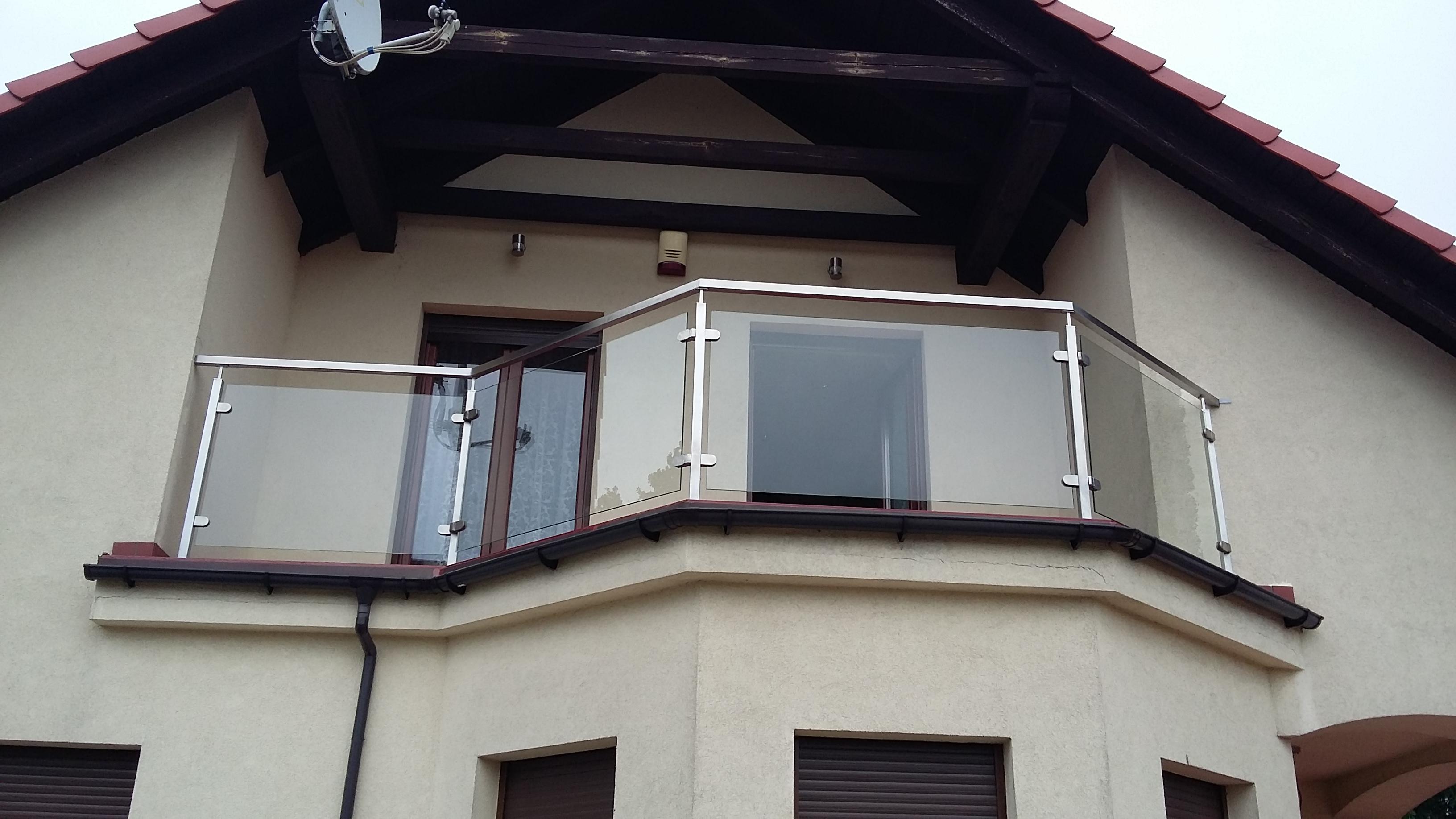 szklana balustrada zewnętrzna z metalowymi poręczami