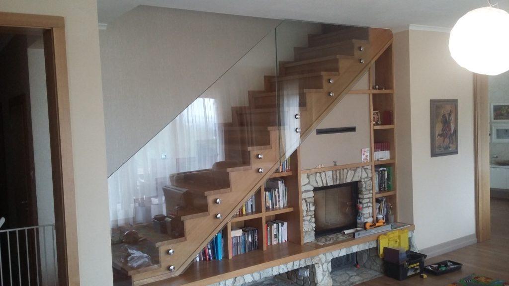 szklana balustrada przy schodach