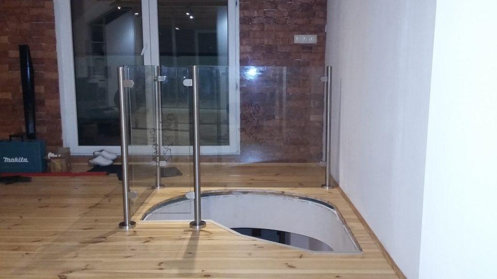 szklan balustrada przy schodach