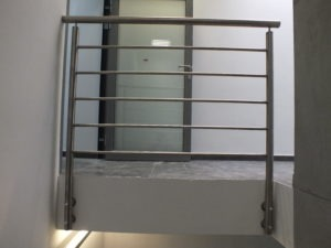 metalowa balustrada z poręczą