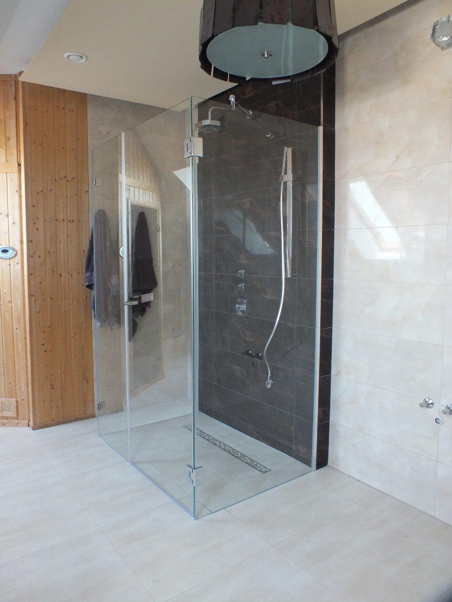 Kabina prysznicowa w kremowo-brązowej łazience