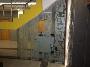 szklana ściana i drzwi