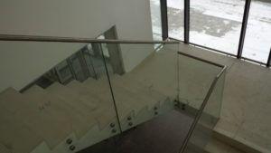 szklana balustrada schodowa z poręczą