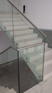 szklana balustrada z metalowymi poręczami