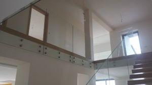 szklana balustrada schodowo-klatkowa