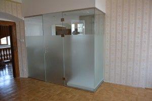 drzwi i ściana szklana