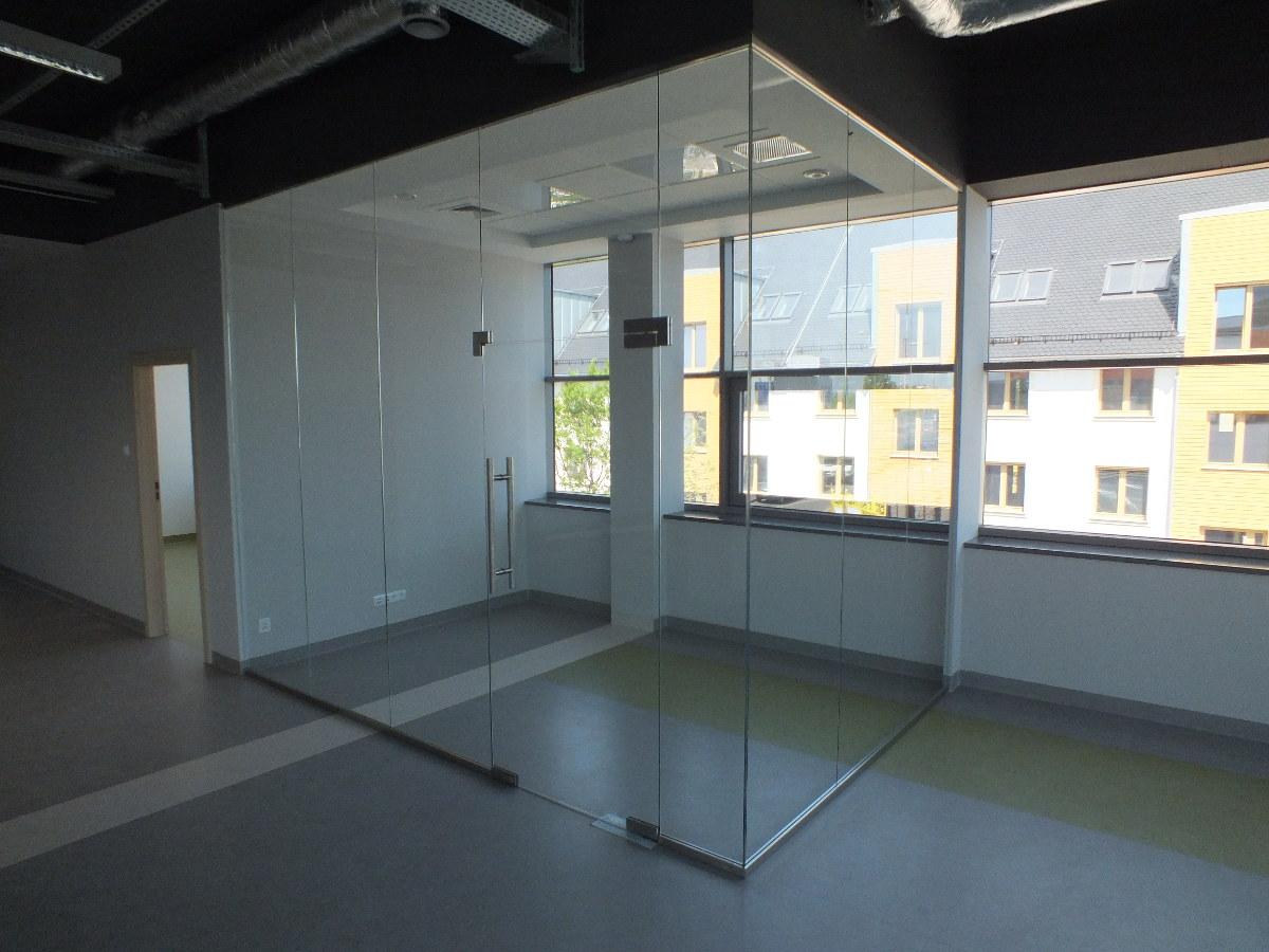 szklana konstrukcja ścian biurowych